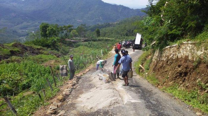 Jalan Retak Akibat Pergerakan Tanah di Desa Bantar Kecamatan Wanayasa, Banjarnegara